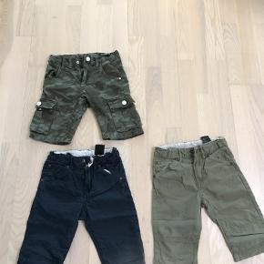 Varetype: Shorts Farve: Army  Kulör 104- 40pp  H&M 2 par 110- 40pp  Samlet 70pp  Bytter ikke handel via ta betaler køber de 5% i gebyr.