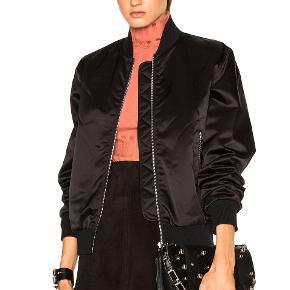 Fin bomber-jakke fra Acne, den er shiny som på modellen. NP: 3800. Brugt ganske få gange. Kan justeres med elastik.