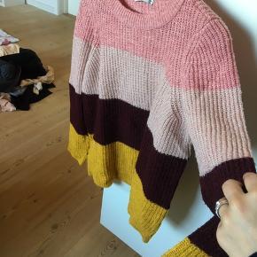 Jeg sælger denne lækre sweater, da den desværre bare ligger i skabet. BYD!!