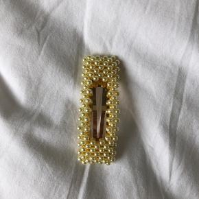 Dette gule perlespænde er super pænt her til sommer og er aldrig brugt. Det koster 80kr kroner fra ny MP: byd