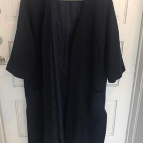 Fin cardigan / frakke , meget mørkeblå , ligner sort . Np 2000! Sælges kun ved rette pris