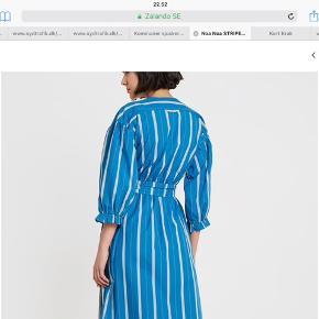 Helt ny smuk kjole fra Noa Noa lige købt den til 899 men synes ikke den var mig alligevel. Der er lommer og flot Slåom  og smukke ærmer. God og rumlig. Byd.