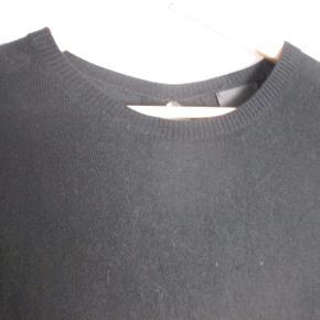 Sort uld kjole fra Inwear i str. S. Kjolen har åbning i ryggen. Brugt og vasket få gange.  Pris: 200,- + evt. porto  Kan også ses og prøves hos mig i København NV. Se også mine mange andre annoncer med tøj, sko og tasker og få rabat ved køb af mere :)  #GøhlerSellout