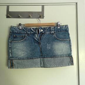 Fed jeansnederdel i rigtig god stand.  Har været lidt i en periode, men bærer ikke synlige præg af brug.