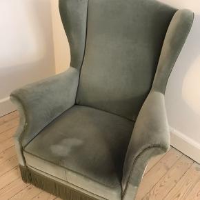 Vintage lænestol som trænger til en kærlig hånd. Er ellers velfungerende. Skal afhentes på Østerbro på 2. sal