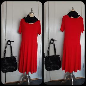 Postkasse rød - viscose/elastan - skåret i taljen/lidt vidde i nederdel - sort SKULDERTASKE medfølger GRATIS ca mål: 30×35 cm