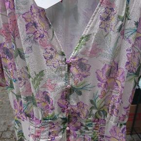 Maxikjole / lang sommerkjole med blomster og knapper .