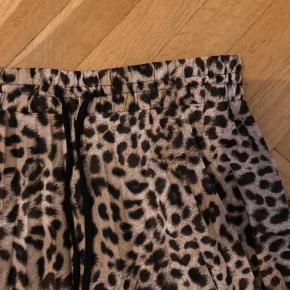 Pæn nederdel fra Zara med leopardprint og elastik i taljen.  Str. Small.  Brugt få gange og fejler intet.   BYTTER IKKE  Se gerne mine andre annoncer 😊