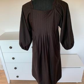 Kjole fra Fransa str m. Med fint snit ned langs kjolen og 3/4 ærmer.   Brugt 1 gang.   Køber betaler Porto.
