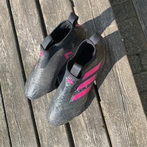 Adidas Ace 17+ purecontrol FG sælges fordi den desværre er lidt for lille til min fod. Den fitter en størrelse 43-43,5, den er blevet brugt i maks 2 timer derfor er den lidt støvet. Støvlen har dog ingen fejl, mangler eller skader, den vil blive vasket før salg og støvleposen medfølger. Kvittering og kasse kan nok også findes hvis man vil have det.  Bud modtages gerne
