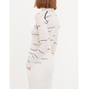 BECKA Strik - By Malene Birger Grafisk moderne silhuet   • Str M - men svarer mere til en S • Vasket 1 gang ved uldvask/skånevask • Ny pris 1400,-  • 35% polyamid - 33% alpaca - 32% uld