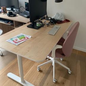Bekant skrivebord fra Ikea. birketræsfiner, hvid, 160x80 cm. Højden kan indstilles. Brugt men ikke ret meget. Den er i fin stand. Ingen skrammer. Købt i August 2018. Skal afhentes på 2. Sal, men det er en ny bygning med elevator. Kan sikkert godt skilles ad hvis det ønskes. Sælges fordi jeg har brug for et hæve-sænke bord i stedet for. https://www.ikea.com/dk/da/p/bekant-skrivebord-egetraesfiner-med-hvid-bejdse-hvid-s19282679/