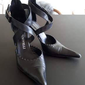 Eksklusive italienske stiletter i  lækker og gennemført kvalitet. Med skindsåler. Hælen er 10,5.