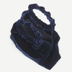 Jeg sælger denne smukke luksuriøse Elissa bag fra Samsøe & Samsøe da jeg fik den i gave, men ikke får den brugt. Tasken er i blødt navy-blåt velour, lukkes med magnet og har indvendig lynlåslomme. NP: 1700