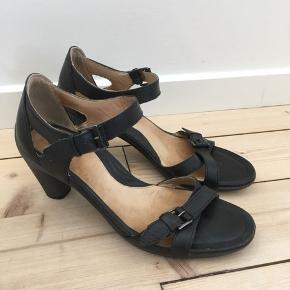 Skønneste Ecco sandaler med hæl str. 41. Fremstår næsten som nye. Fejler intet. Nypris 900,00 kr.