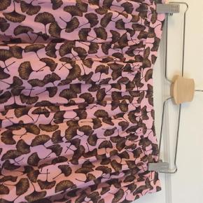 Varetype: Midi Farve: Lyserød Oprindelig købspris: 900 kr.  Fin nederdel med lynlås bagpå, desværre blevet for lille til mig..... bytter ikke
