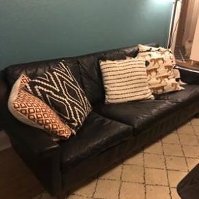Lækker 3-personers lædersofa med smalle træben. Brugt, men ingen huller og i meget flot stand. Hentes i Kolding på 1.sal