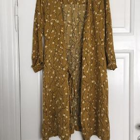Slå om kjole fra Second Female med et silke lignende finish. Kjolen er kun brugt 2 gange, og vasket en enkelt gang. Ingen tegn på slid, udover at den er en smule krøllet bagpå - dog kan dette fikses med et strygejern :)