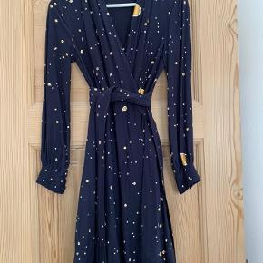 Mørkeblå kjole med guldprikker fra Stine Goya. Model Barbara Dress. Str. XS. Brugt meget få gange. Nyrenset. Oprindelig pris 2400 kr.