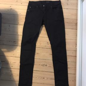 Næsten helt nye, sorte Tiger of Sweden bukser i slim. Brugt to gange, sælger for min bror, da han ikke kan passe dem. Nypris 1000, str. 33/34