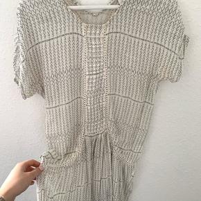 Sommerkjole fra Ne Noir i det sødeste print. Kjolen sidder løst og går cirka til knæene (er en str. s og er 171cm høj). Vildt sød, men får den desværre ikke brugt 🌸