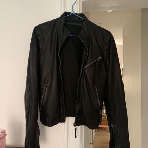 Helt ny jakke i butikkerne til 1700kr Sælges da jeg har købt den og fortrudt. Den er aldrig brugt.