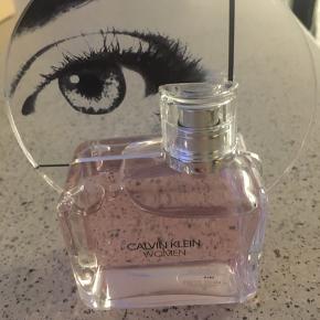 Sælger denne Calvin Klein parfume  Brugt få gange  Nu 350kr. Sender gerne. Kan hentes i Esbjerg Ø. Det vil jeg gerne i centrum eller Esbjerg Ø ved nærmere aftale.