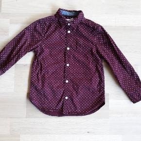 Rigtig fin skjorte fra H&M i str. 116. Den er brugt en gang til fotografering og fremstår som ny.  Nypris var 79,95 kr.