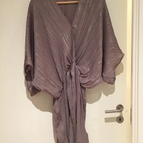 Fin kjole brugt 2 gange. Fleksibel i str så jan bruges fra 36-40.