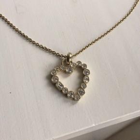 Smuk lang hjerte halskæde fra Dyrberg/kern Nypris 749kr Sælges for 120kr plus porto
