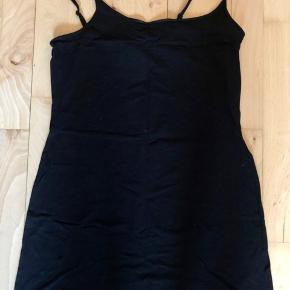 6 sorte toppe fra H&M Divided ⚫️ Sælges gerne samlet ♻️ Størrelse: M 📏 Original pris: 49,95 kr. pr. stk. 💰 Nu: 100 kr. for alle 6 👌🏻 . #karolinesklædeskab