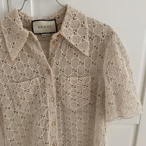 Gucci skjorte broderet med GG logo. Købt i butikken. Mærke sidder stadig i. Str 42 - fitter oversize til en xs-s