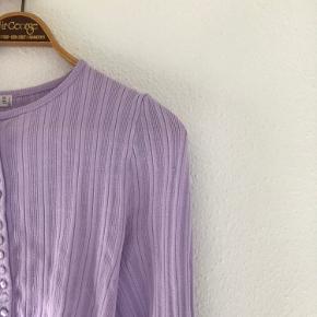 Hey Sælger denne super lækre bluse fra mango, i den smukkeste lilla.  Den er meget lille i str, så kan både passes af en s og m BYD gerne