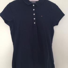 Mørkeblå Tommy Hilfiger polo shirt i størrelse Small, figursyet.