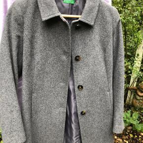 Fed uldfrakke  - snoren til prismærket hænger stadig fast på den- jeg har aldrig brugt den. Den er gråmeleret, og sidder rigtig flot. Sælger den kun fordi jeg har for mange frakker i skabet :-)