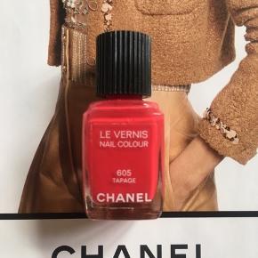 "Fin farve Chanel: 605 Tapage . Kanten går mellem teksten 'nail colour' og ""605"", så ca halvdelen er tilbage. Toplåg og æsken  følger ikke med.  Kan sendes med Postnord som brev for 20 kr ved mobilpay. Søgeord: nail polish rød rouge nail colour neglelakker neglelak"