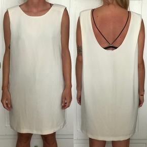 Hvid kjole med skulderpuder.