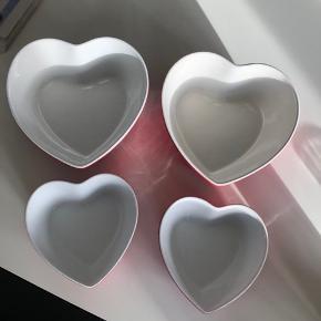4 stk hjerteformede skåle. Samlet pris 100kr