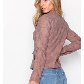"""Helt ny sart rosa """"ruskindsjakke"""" fra Vero Moda. Aldrig brugt, fejlkøb som jeg ikke nåede at returnere. Str. Small.   Har ellers haft jakken (samme model) i både sort og beige, som jeg har været glade for!"""