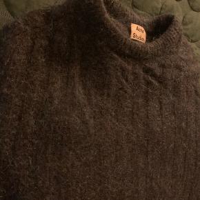 Opal farvet uld/mo hair trøje.  Str L, men er lille i størrelsen - passer bedre en M.
