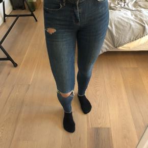 Mørkeblå jeans fra Pieces. Har selv klippet hul i dem