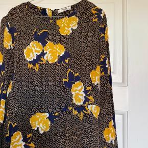 Lang kjole fra Moss Copenhagen med flæser forneden Str: XS  Brugt 1 gang