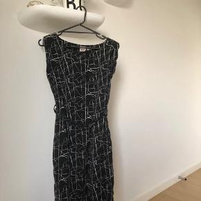 Fin kjole fra objekt i blød lækker kvalitet. Sort med Hvidt mønster. Der er elastik bælte på med oxideret sølv hardware (mørkt/blankt/sølv)