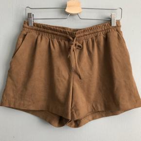 Bløde ruskindsimiteret camel farvet shorts ~ str  38