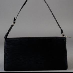 Louis Vuitton clutch. Model Pochette Epi. Udført i sort Epilæder, med hardware af metal. Pungen er med aftagelig rem karabinhage samt lynlåslukning. Indvendigt med interiør i grå alcantara foer.   H. ca. 13 cm,   B. ca. 24 cm.   Kvittering haves