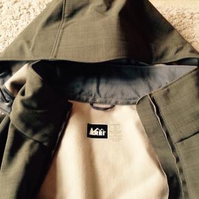 Høj kvalitets shell-jakke  Fra outdoor eksperterne, Rei. Meget vindtæt og varm. Går ned til over knæene   Olivengrøn og enkel i sit udtryk   God pasform  Str. Small   Hentes på Frederiksberg