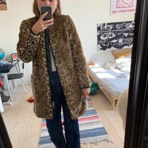 Lækker Mads Nørregaard faux fur pels. Gået med et par gange! BYD endelig, og spørg for flere billeder.  Køber betaler fragt
