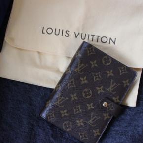 Louis Vuitton agenda i størrelse medium sælges. I fantastisk stand, fejler intet.  Kan bruges med LV's eget kalender indhold eller andet, der kan købes på nettet.   Den måler 14x18 cm. Der medfølger dustbag.   Nyprisen på kalenderen er over 4000kr