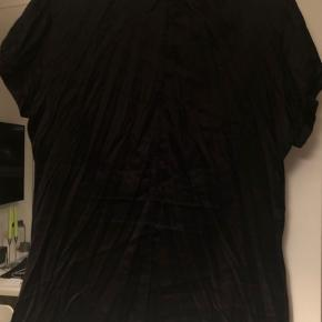 Super fin feminin sort skjorte, der er blød og dejlig at have på. Skal ikke stryges