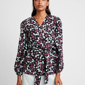 Smuk slå-om skjorte bluse fra Resume i str.36 modellen hedder Otellia blouse. 100% bomuld  ❤︎ Mål: Længde: ca 70 cm Ærmelængde: ca 60 cm  Jeg bytter ikke, respekter venligst dette. Samtidig betaler køber gebyr samt porto ved tspay.